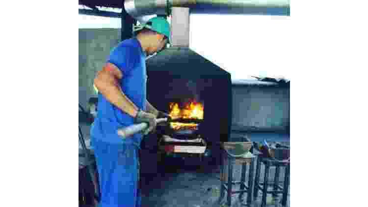 O processo da queima da castanha é feito de forma segura, com luvas e filtro para a fumaça - José Ramalho/Divulgação