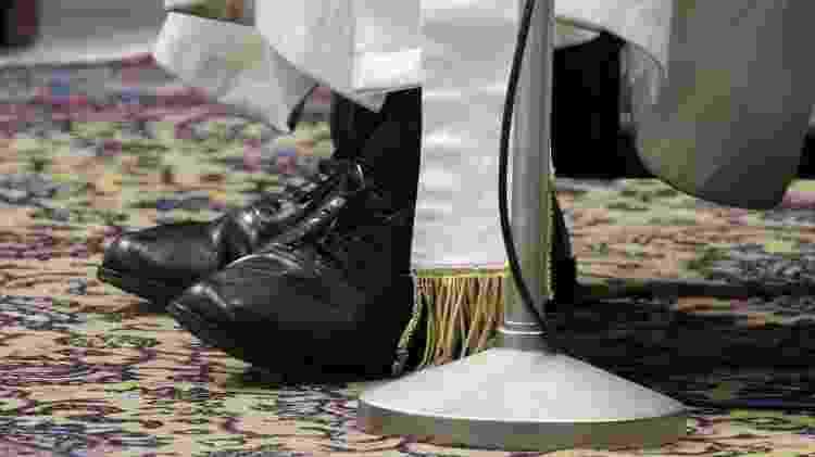 Detalhes dos sapatos pretos usados pelo papa Francisco - pinterest.com