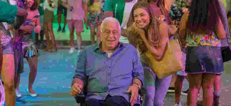 Paloma (Grazi Massafera) leva Alberto (Antonio Fagundes) à quadra da escola de samba Unidos do Bom Sucesso - Globo/Paulo Belote