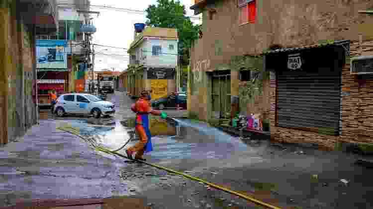 Limpeza na Vila dos Pinheiros, Complexo da Maré, Rio - Kamila Camilo