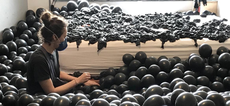 """As artistas preparam a performance """"Insuflação de uma Morte Crônica"""" - Divulgação"""