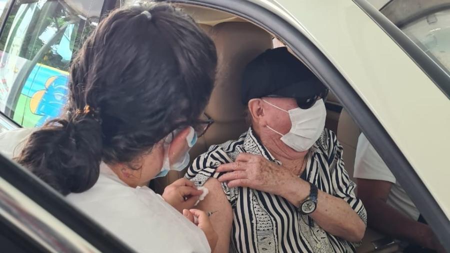 Raul Gil toma vacina em Guarulhos - Divulgação