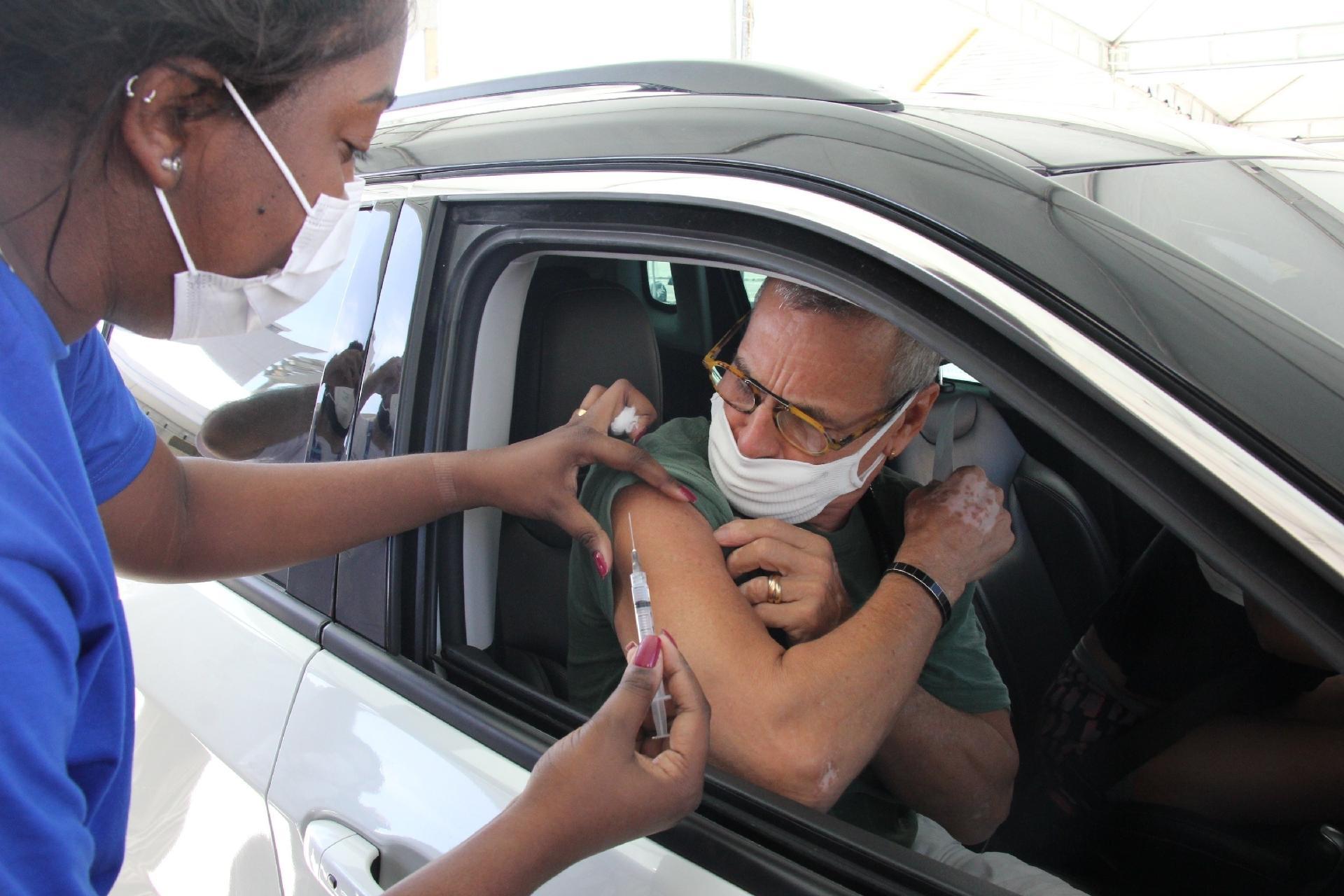 Carlinhos de Jesus é vacinado - AgNews