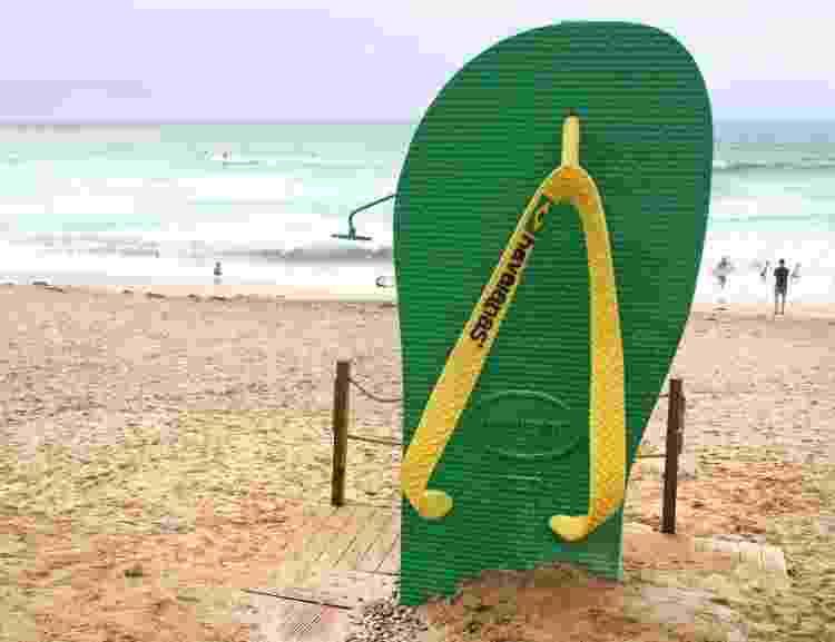 Réplica gigante da sandália Havaianas em praia no Reino Unido - Keith Mayhew/SOPA Images/LightRocket via Getty Images - Keith Mayhew/SOPA Images/LightRocket via Getty Images