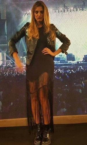 19.set.2015 - Rafa Brites escolhe look preto, com jaqueta e bota de couro, para apresentar o dia do metal na Globo