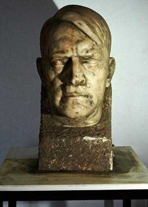 5.nov.2015 - Um busto em mármore de Adolf Hitler feito pelo austríaco Josef Thorak, um dos escultores oficiais do 3º Reich, foi desenterrado na Polônia - Adam Warzawa/AFP