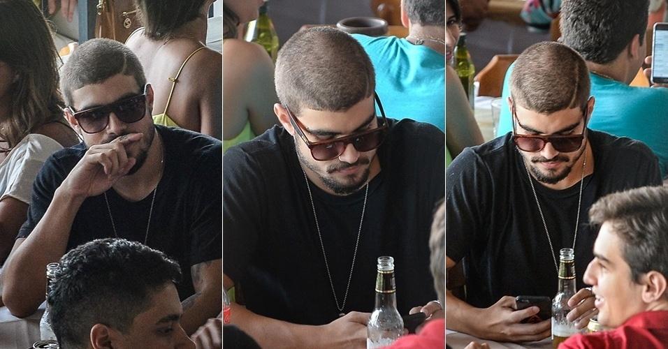 8.nov.2015 - Caio Castro aparece com cabelo raspado após o fim de