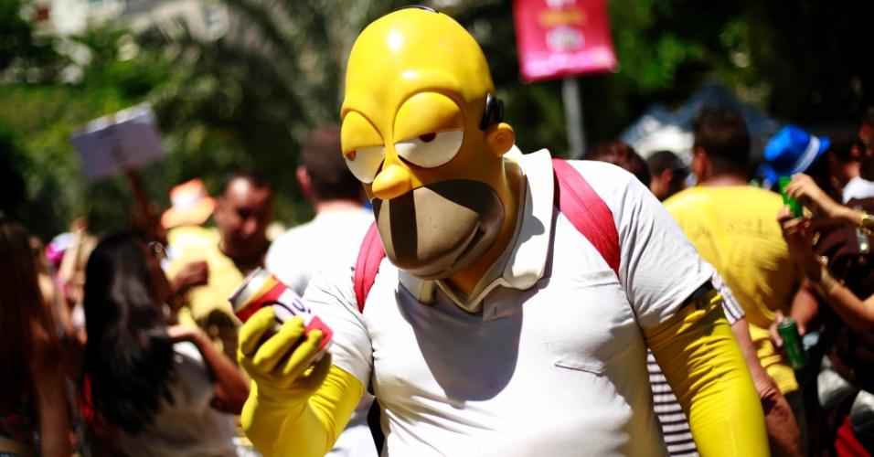 23.jan.2015 - O calor não deu moleza e o negócio era beber muitos líquidos durante o desfile. Homer Simpson não dispensou a cerveja!!