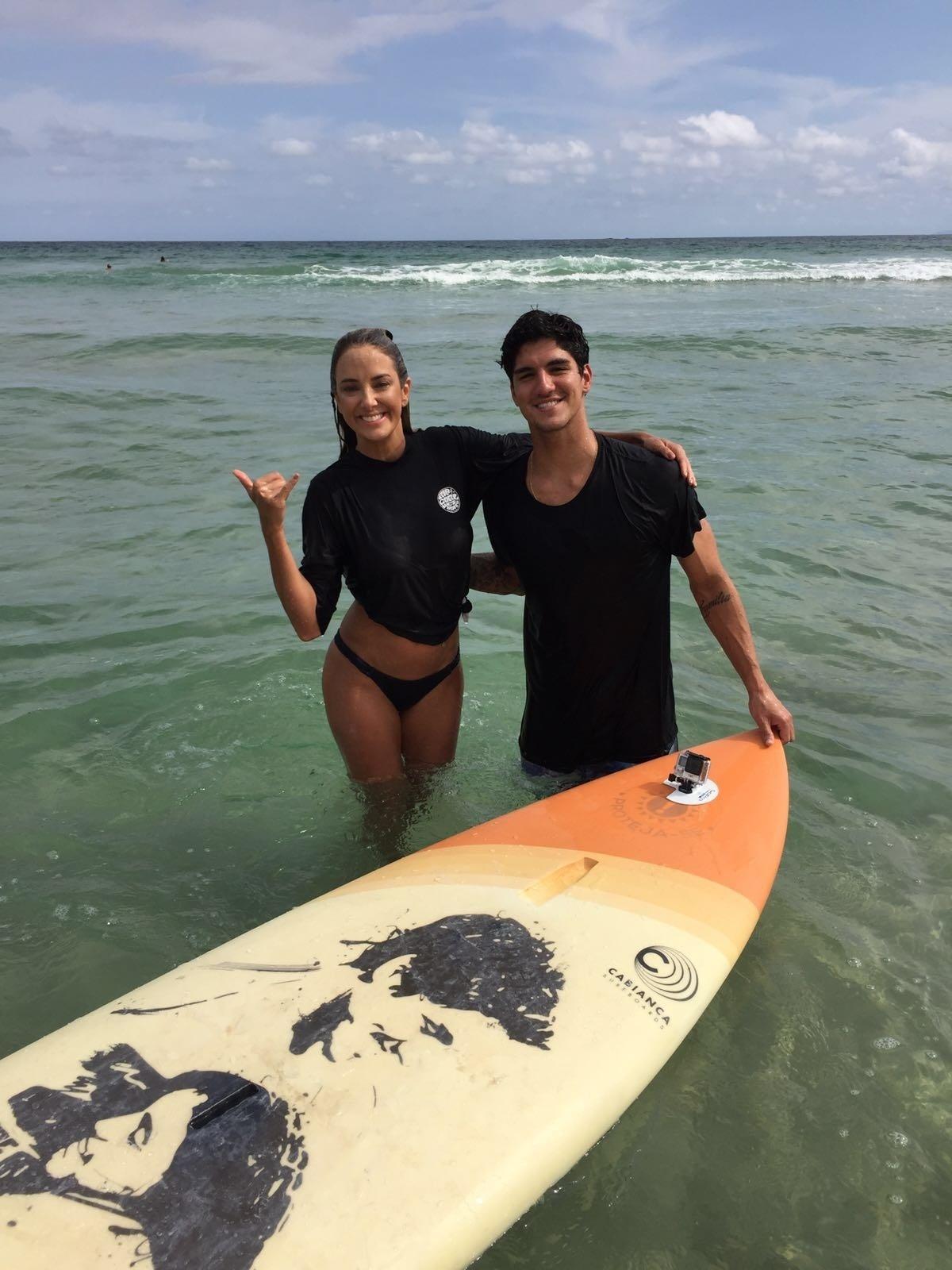 Ticiane Pinheiro grava uma entrevista com o campeão mundial de surfe Gabriel Medina