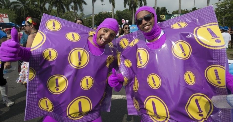 """07.fev.2016 - Parte de campanha do Governo Federal para a prevenção de DSTs, os """"Homens-Camisinha"""" também curtiram o bloco Bangalafumenga, no Flamengo."""