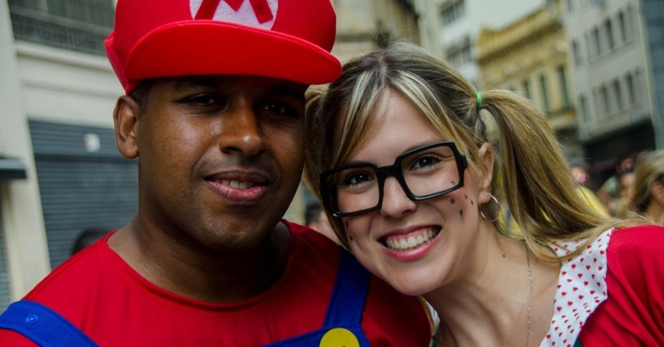 7.fev.2016 - Foliões se fantasiam de Mario Bros e Chiquinha no Bloco Domingo Ela Não Vai, que levou uma multidão ao centro de São Paulo no domingo