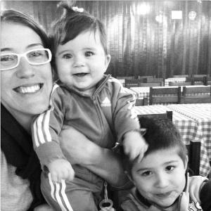 Caroline com os filhos Rafael e Beatriz, de quem estava grávida de duas semanas quando foi admitida para um novo emprego - Arquivo Pessoal