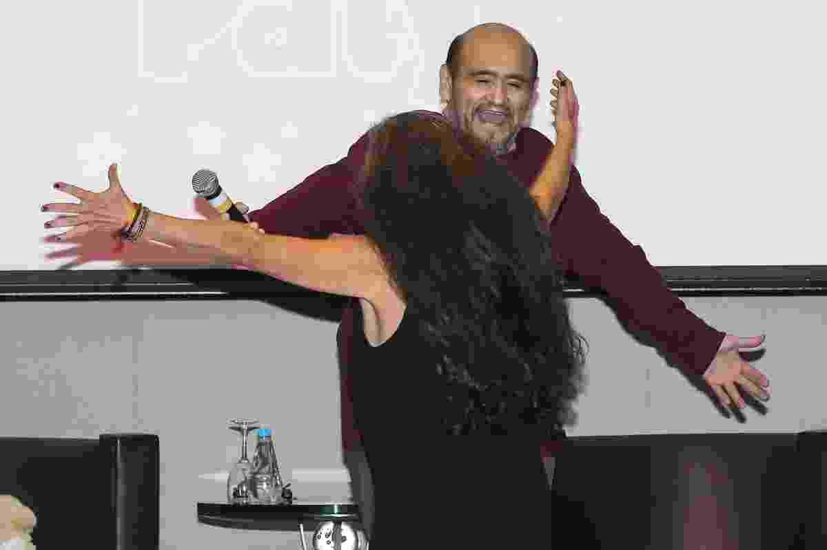 """14.mai.2016 - Ana Lilian de la Macorra corre para dar um abraço no seu colega Edgar Vivar. Os intérpretes de Paty e Seu Barriga na série """"Chaves"""" não se encontravam há vários anos - Manuela Scarpa/Brazil News"""