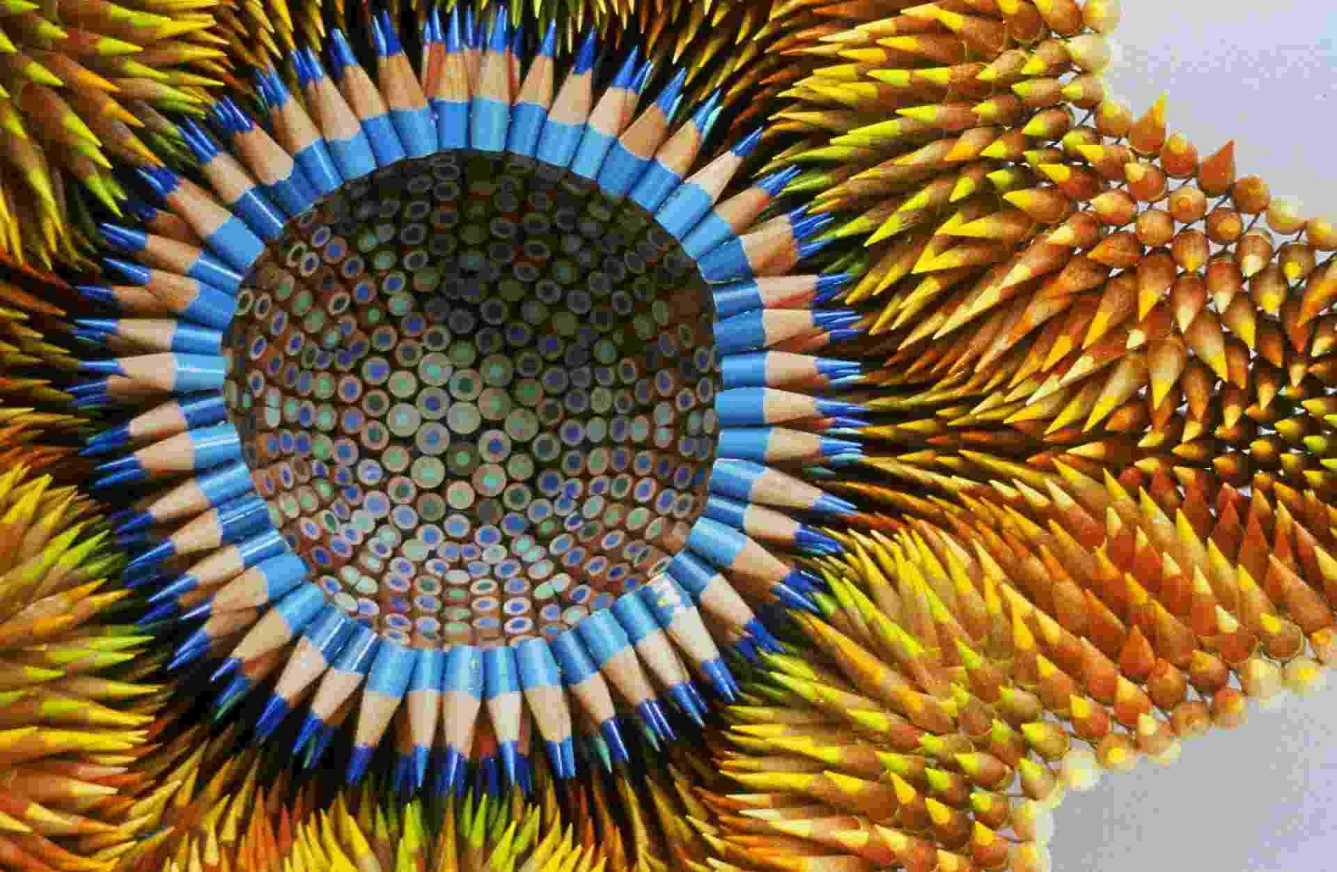 """Você teria uma escultura ousada na sua casa? E se ela lembrasse um coral e fosse feita com lápis de cor? A artista plástica Jennifer Maestre (www.jennifermaestre.com) cria peças incomuns usando essa matéria-prima de uma forma pouco convencional: como peças de um quebra-cabeça. No detalhe da obra """"Aurora"""" é possível ver o corte feito sobre os lápis e como eles são colocados na estrutura de arame - Divulgação"""