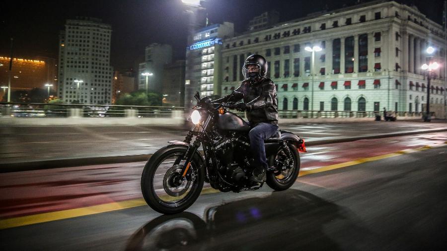 Harley-Davidson Iron 883 em ensaio noturno pelas ruas do centro de São Paulo - Renato Durães/Infomoto