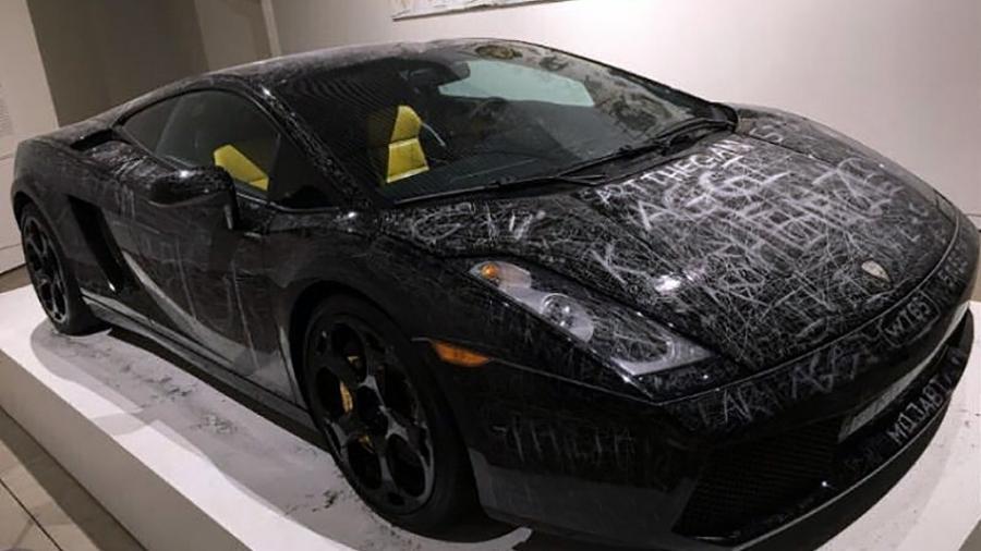 Lamborghini Gallardo ficou praticamente inteiro riscado no museu ARoS Aarhus Kunstmuseum, na Dinamarca - Reprodução