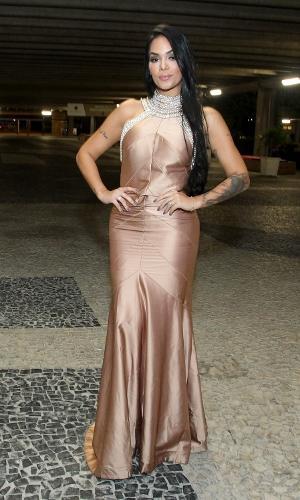 Mayara posa para os fotógrafos ao chegar no casamento de Elis, no Rio