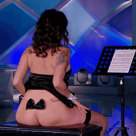 """Beatriz """"regeu orquestra"""" com o bumbum no """"Programa Silvio Santos"""" - Reprodução/SBT - Reprodução/SBT"""