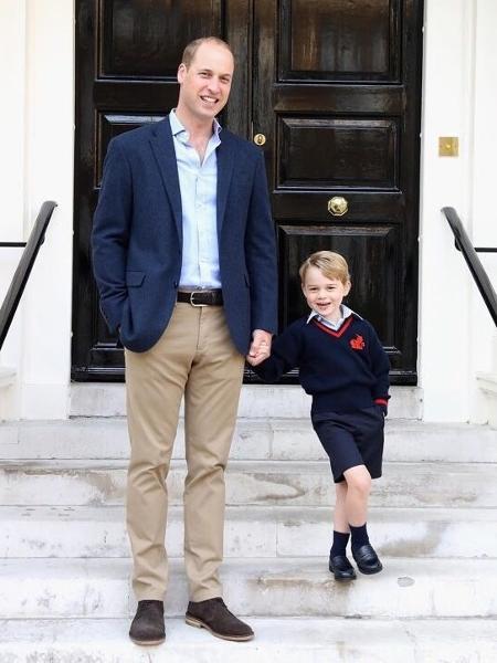 Príncipe George segura as mãos do pai e da diretora da escola - Reprodução/Instagram