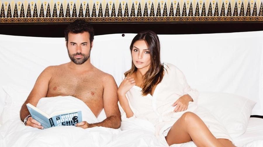 Carol Celico posa na cama com o namorado, Eduardo Scarpa - Reprodução/Instagram/cacelico