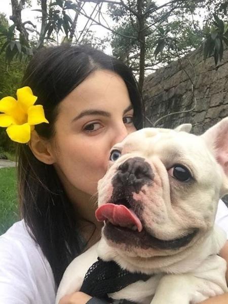 A atriz Stephany Brito e seu cachorro Snow - Reprodução
