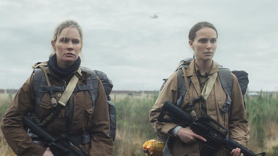 """Jennifer Jason Leigh e Natalie Portman em cena de """"Aniquilação"""" - Divulgação"""