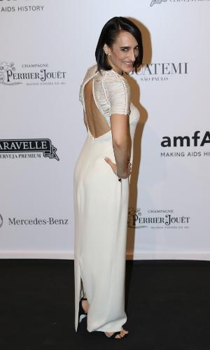 Maria Prata investiu em um modelito branco para o evento beneficente