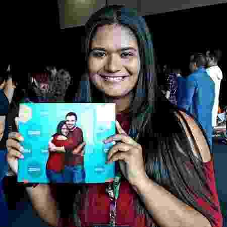 Eysler Coelho exibe orgulhosa a foto que tirou com Sebastian Stan - Paulo Pacheco/UOL