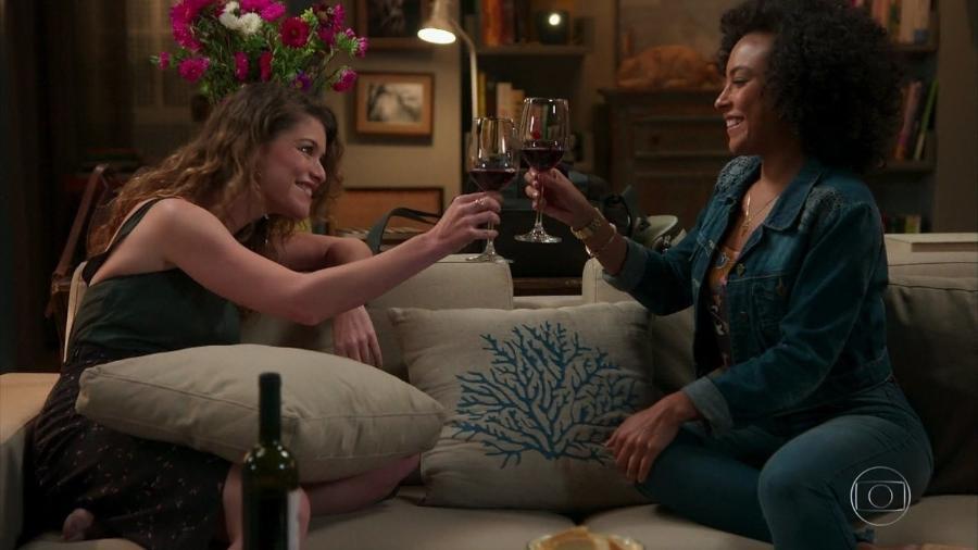 """Isabel (Alinne Moraes) e Sheila (Dandara Albuquerque) brindam em """"Espelho da Vida"""" - Reprodução/TV Globo"""