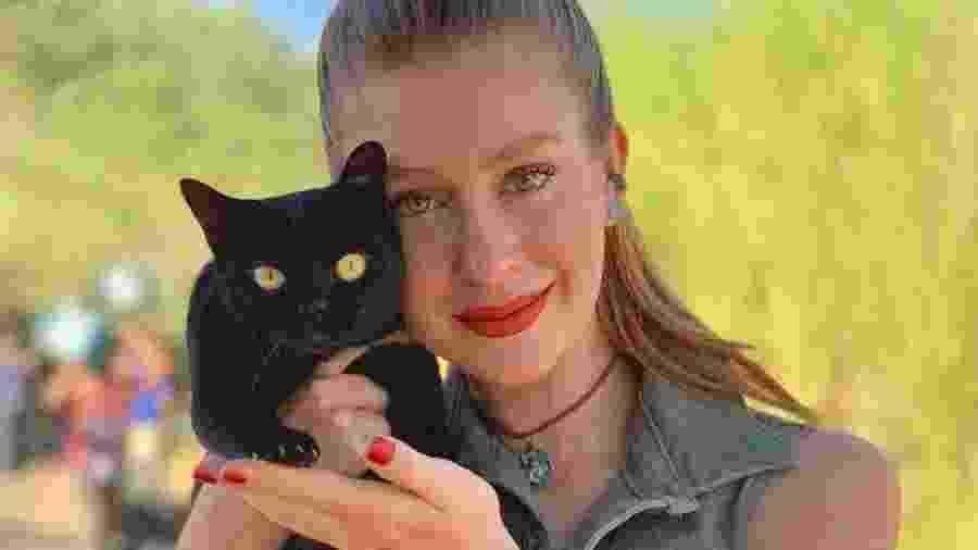 """Marina Ruy Barbosa com a gata Lucky Star, uma das intérpretes de León em """"O Sétimo Guardião"""" - Reprodução/Instagram"""