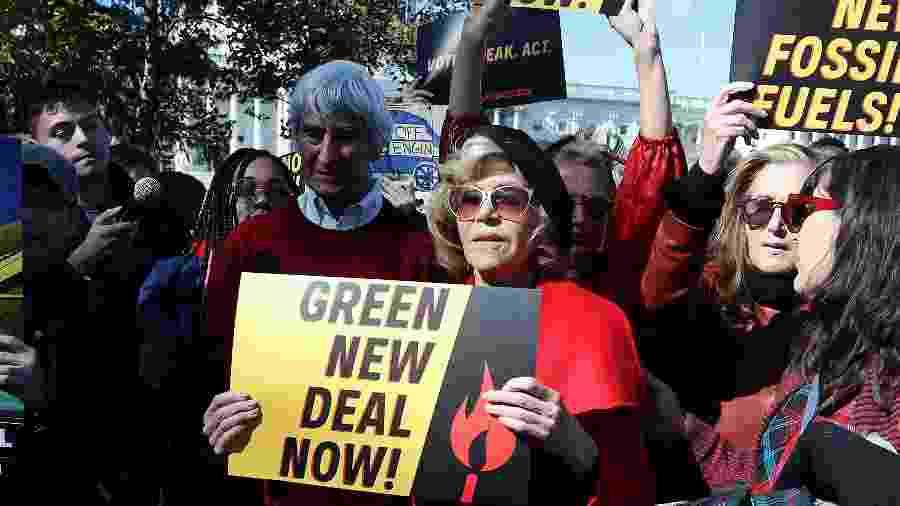 Jane Fonda (no centro, com o cartaz) e Sam Waterston (à esquerda, de vermelho) protestam no Capitólio - Getty Images
