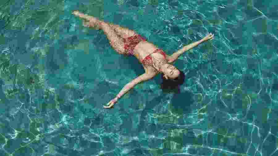Bruna Marquezine de biquíni na piscina - Reprodução/ Instagram