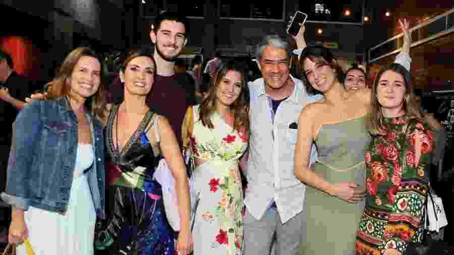 William Bonner e a atual mulher, Natasha (de verde), posam para foto com Fátima e trigêmeos - Webert Belicio/AgNews