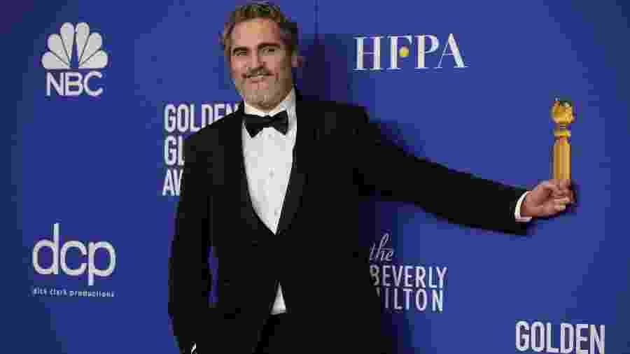 Joaquin Phoenix com terno desenhado por Stella McCartney no Globo de Ouro - REUTERS/Mike Blake