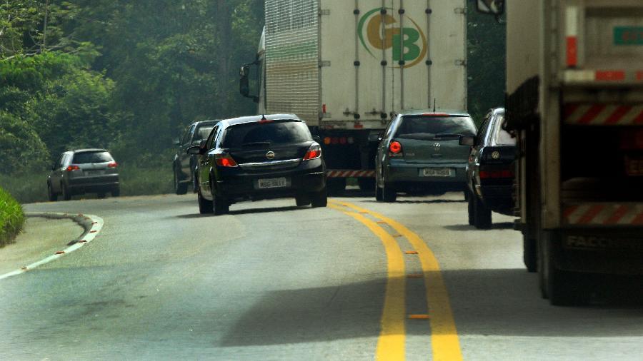 Carro faz ultrapassagem irregular, em área de faixa contínua de rodovia; prática é perigosa e pode pesar no bolso - Juca Varella/Folhapress