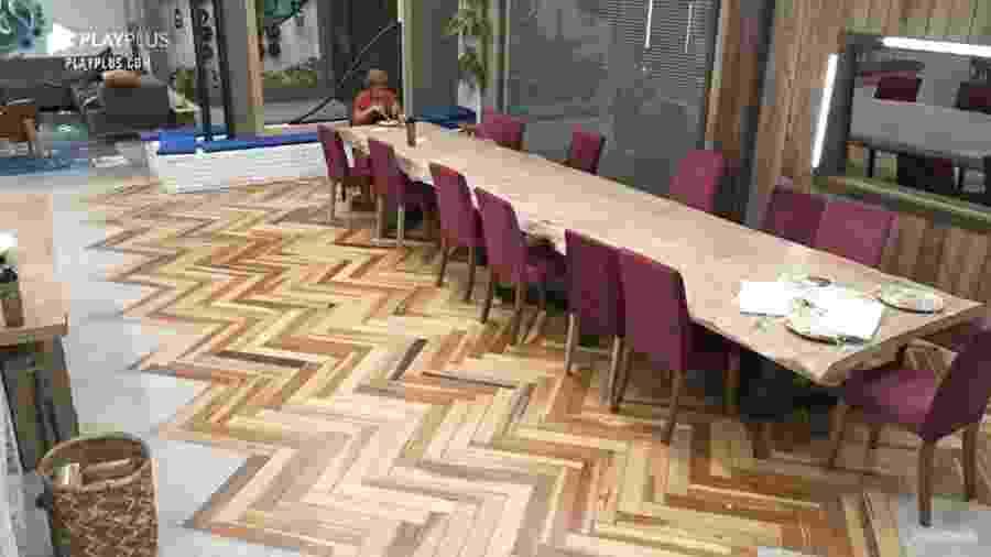 A Fazenda 2020: Lidi Lisboa almoça sozinha na cozinha da sede - Reprodução/RecordTV