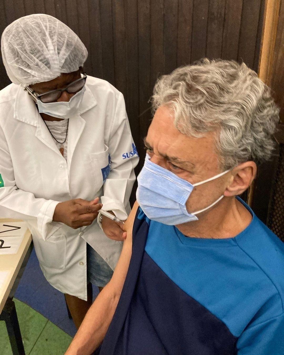 Chico Buarque recebe vacina contra covid-19 - Reprodução/Instagram