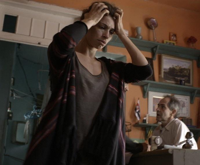 Larissa se desespera ao ser expulsa de apartamento por não pagar o aluguel