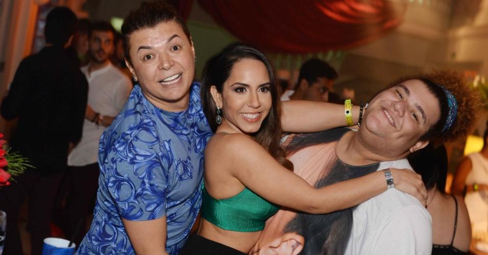 26.nov.2015 - David Brazil, Renata Frisson, a Mulher Melão e Gominho se divertem na festa do blogueiro Hugo Gloss