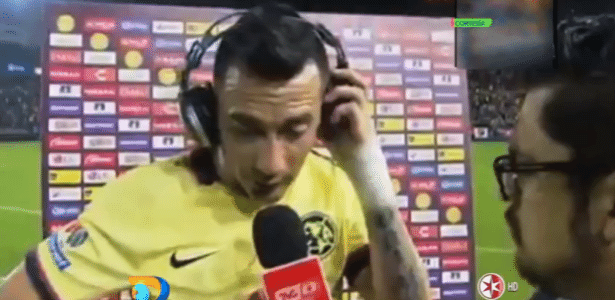 Torcedor invade campo e quase derruba ex-jogador do Flamengo durante entrevista no México - Reprodução/TVC Deportes/Canal de las Estrellas