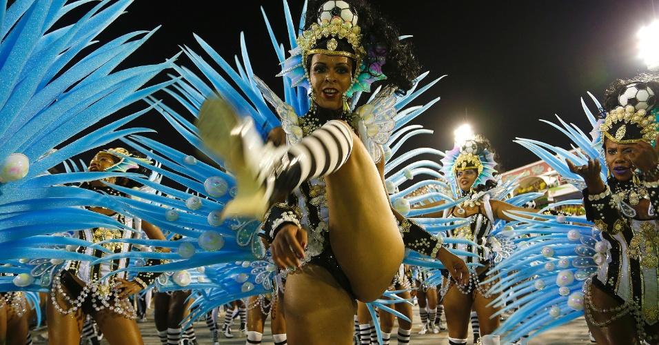 8.fev.2016 - Integrante samba no desfile da Grande Rio, que aconteceu na madrugada desta segunda-feira