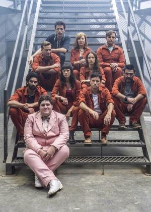 """Felipe Hintze (de rosa) com parte do elenco de """"Supermax"""" - Renato Rocha Miranda/Divulgação/TV Globo"""