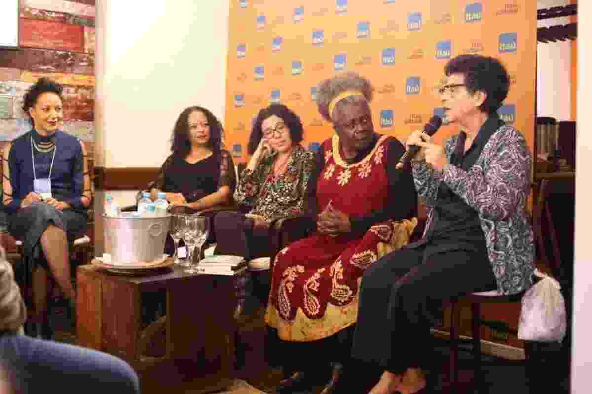 3.jul.2016 - A escritora mineira Conceição Evaristo (segunda da direita para a esquerda), que criticou a programação da Flip - Luciana Serra/Divulgação
