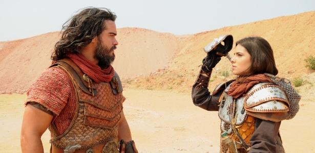 Aruna revela para Josué que é o soldado mascarado - Munir Chatack/Record