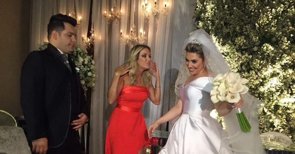 18.out.2016 - Ticiane Pinheiro comparece ao casamento de Naiara Azevedo. A apresentadora da Record fez a cobertura do dia da noiva