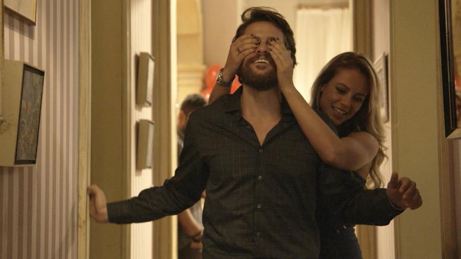 """Jeiza (Paolla Oliveira) faz surpresa para Vitor (Alejandro Claveaux) em """"A Força do Querer"""" - Reprodução/GShow"""
