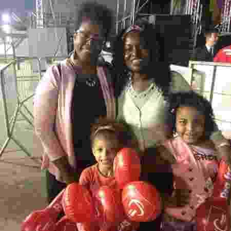 Carina Cássia vai com a neta, a filha e a prima Rose Mota ao palco do Anhembi da Virada Cultural 2017 - Tiago Dias/UOL - Tiago Dias/UOL