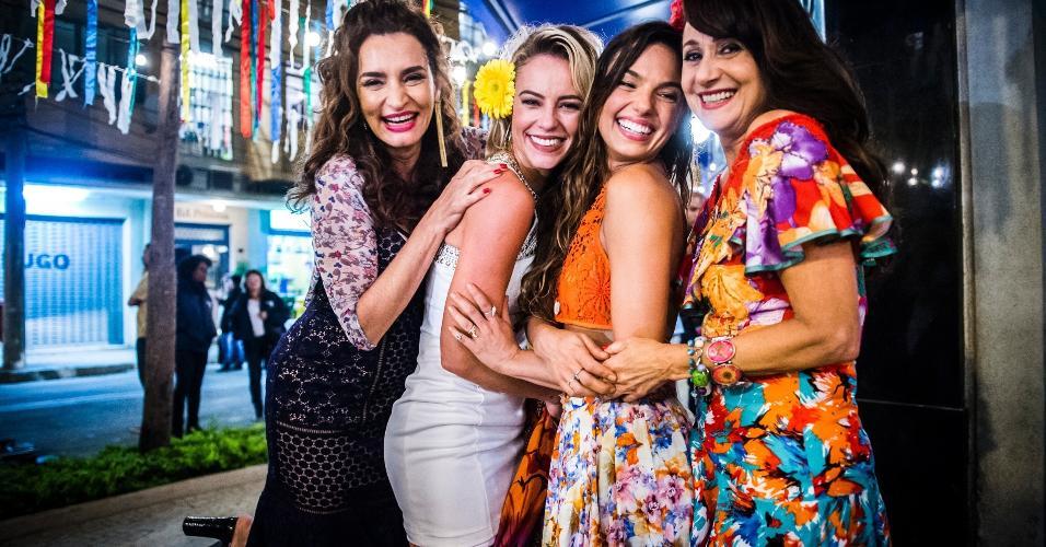 Gisele Fróes, Paolla Oliveira, Isis Valverde e Zezé Polessa antes das gravações da cena no Estúdio Globo