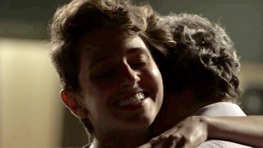 """Ivan (Carol Duarte) abraça Eugênio (Dan Stulbach) em """"A Força do Querer"""" - Reprodução/GShow"""