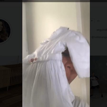 Ivete Sangalo brinca com vestidinho que ganhou para as filhas gêmeas - Reprodução/Instagram